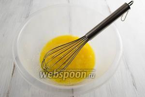 Яйца вымыть, протереть, разбить в глубокую посуду и  взбить с солью (1 ч. л.) и сахаром (1 ст. л.).