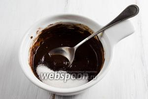 Порошок какао залить 2 ст. л. горчей воды. Размешать. Влить немного 3-4 ст. л. готового теста. Добавить сахар 2 ст. л. Перемешать.