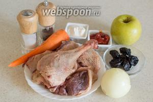 Для приготовления возьмите мясо гуся, морковь, лук репчатый, яблоки, чернослив сушёный, томатную пасту, сметану, соль, перец, лавровый лист.