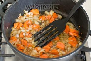 Отдельно обжарьте на растительном масле порезанные морковь и лук.
