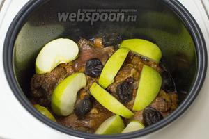 Тушите мясо до готовности, за 20 минут до окончания приготовления, добавьте крупно порезанные дольки яблок и чернослив.