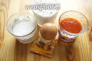Для приготовления кексов нам понадобится мука, разрыхлитель, яйцо, сахар и сок томатный.