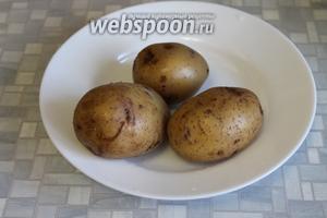 Сварившийся картофель обдать холодной водой — он так лучше очистится.