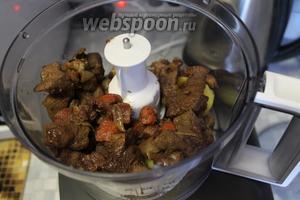 Выложить печень с овощами и картофелем в чашу измельчителя.