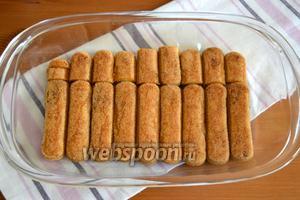 Выложить Савоярди ровным слоем в форму, сахарной стороной вверх.