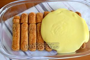На первый слой печенья нанести равномерно слой крема.
