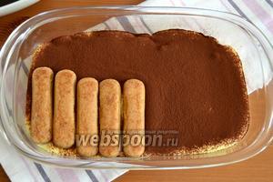 Затем точно так же выложить сверху второй слой печенья и снова покрыть кремом.