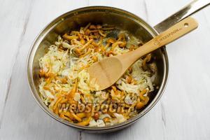 Выложить капусту и грибы на сковороду. Пассеровать в течение 5-7 минут до испарения жидкости, помешивая.