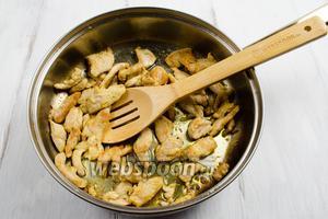 Выложить подготовленное мясо на раскалённую сковороду. Жарить до готовности с румяной корочкой, помешивая. Готовое мясо выложить в отдельную посуду.
