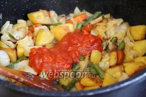 Взять томатный соус с овощами (можно домашний). Добавить в казан, перемешать и потушить. Для постного стола блюдо готово.