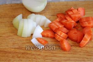 Лук и морковь крупно порезать,