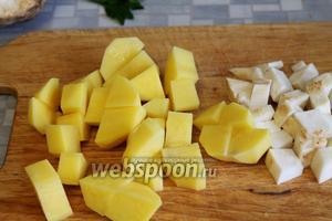 Картофель порезать крупными ломтиками, помельче — корень сельдерея.