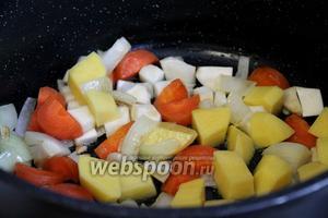 Добавить овощи в казан.