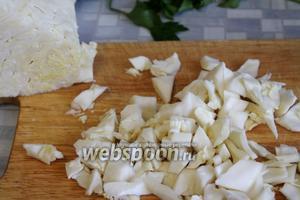 Кубиком нарезать капусту.