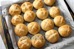 Горячие булочки после выпечки ещё раз смазать сладким чаем. Наши луковые пышки готовы. Приятного аппетита!