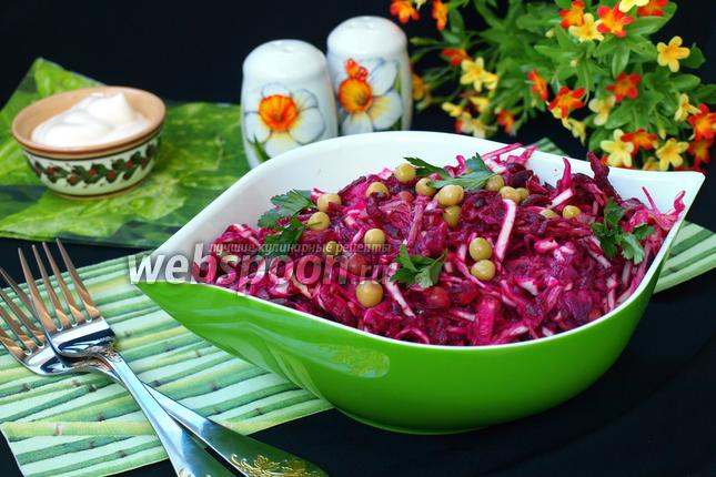Фото Салат с говядиной, свёклой, капустой и зелёным горошком