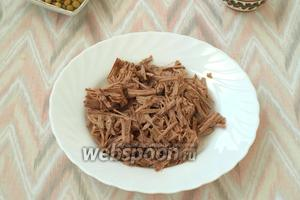 Варёную говядину нарезать соломкой.