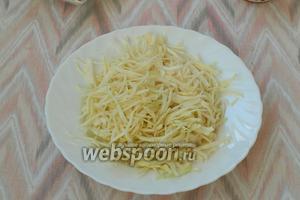 Тонко нашинковать капусту, добавить соль и помять руками.