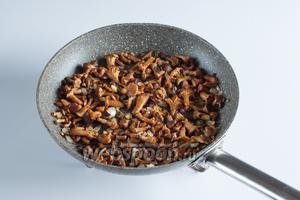 Обжариваем лук с чесноком и с грибами на среднем огне около 10 минут.