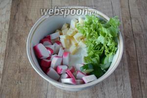 В миске соединяем творог, огурцы, крабовые палочки, салат, сыр твёрдый.