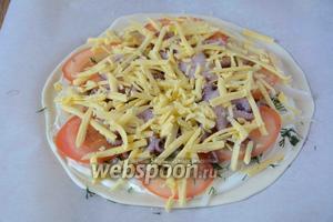 Твёрдый сыр натереть на крупной тёрке, посыпать сыром пиццу. Выпекаем в разогретой до 180°С духовке 20-25 минут.