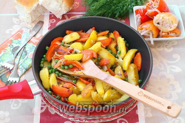 Фото Горячая сковорода с картофелем и овощами