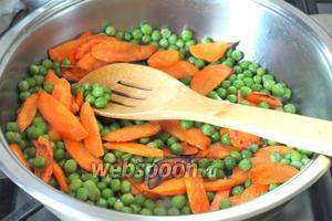 Затем добавить горошек и влить 3-4 ложки воды. Накрыть сковороду крышкой у тушить 5-7 минут. Убрать с огня.
