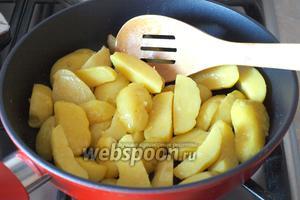 Разогреть в другой сковороде 3 ст. л. масла и немного обжарить картофель.