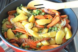 Затем добавить в сковороду морковь с горошком, перемешать и готовить вместе 4-5 минут.