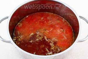 В образовавшийся бульон опустить протёртые помидоры и лук.