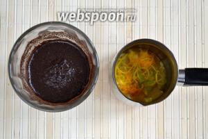 В отдельном стакане смешайте холодную воду, кофе и маленькую щепотку соли. В турку добавьте цедру и залейте получившейся кофейной взвесью. Важно при этом действовать быстро, чтобы кофе не успел осесть на дно стакана.