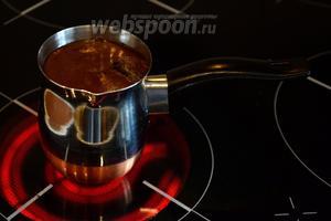Варите кофе на среднем огне (например, на 4 делении из 6) до тех пор, пока напиток не начнёт закипать. Когда из-под плотной мелкопузырчатой пены начнут пробиваться более крупные и «рыхлые» пузырьки, турку можно снимать с огня. Температура напитка в этот момент должна быть 93-95°С (я замеряла для чистоты эксперимента).