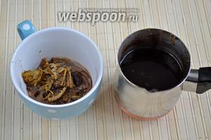 Пена у кофе по-ямайски очень плотная, поскольку вместе с кофейным порошком наверх поднимается и цитрусовая мякоть. Этот верхний слой аккуратно уберите ложечкой, а оставшийся в турке напиток процедите через сито.