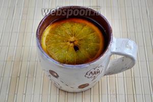 Ямайский кофе готов. Осталось только добавить в чашку оставшийся ром и ломтик апельсина. Вкуснее всего пить этот кофе именно через апельсин.