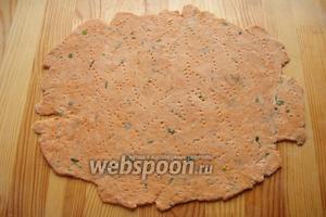 По истечении времени, достаём наше тесто, выгружаем его на стол, присыпанный мукой, и тонко его раскатываем, 2-3 мм толщиной.
