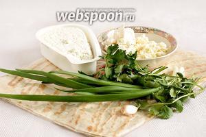 Для приготовления треугольников из лаваша следует взять все продукты по списку: брынза, свежая кинза, тонкий армянский лаваш, зеленый лук, свежую петрушку, чеснок, творог и сыр Сулугуни.