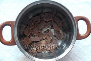 Для приготовления глазури нам необходим шоколад. Шоколад поломать на кусочки и растопить на водной бане, в течение 3 минут, постоянно помешивая.