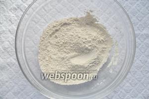 В миске смешать муку, сахар и соль.