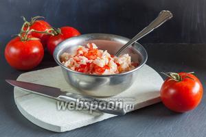 Тёплый салат с рисом и помидорами