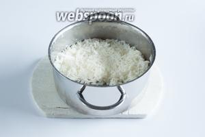 Рис отварить до мягкости, чтобы был сухим (примерно 20 минут).