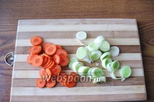 Морковь и лук-порей нарезаем произвольно. Особенно выбирать форму нарезки не стоит, ведь все овощи будут взбиваться блендером.