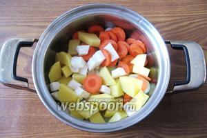 Все нарезанные овощи перекладываем в кастрюлю.