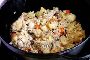 Готовить до полного впитывания воды и размягчения перловки. Подавать горячей, можно добавить в тарелки для ещё большей яркости и аппетитности консервированную кукурузу и зелень.