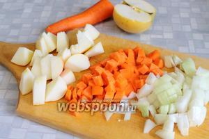 Нарезать кубиками лук и морковь, покрупнее — кисловатое яблоко.