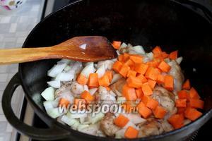 Добавить к мясу лук и морковь, обжарить до прозрачности лука.