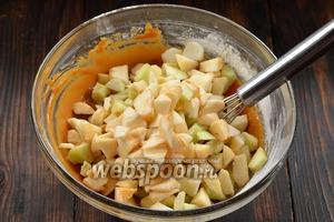 Добавить очищенные и нарезанные на маленькие кусочки яблоки.