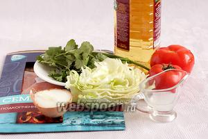 Для этого простого салатика нам понадобятся сёмга подкопченая или слабосолёная, помидоры, зелень любая, зелёный и репчатый лук, лимонный сок, масло, сахар и соль по вкусу.