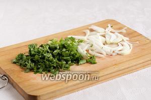 Веточки зелени измельчить вместе с зелёным луком, репчатый лук лучше нарезать тонкими перьями.