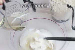 Смешаем творог, сахар. Добавляем постепенно жидкости: масло, молоко.