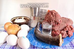 Подготовим все продукты - свиной, говяжий и бараний фарш, щуку, муку, соль, воду, яйца, репчатый лук, перец и специи по вкусу. Яйца использую 1 категории.